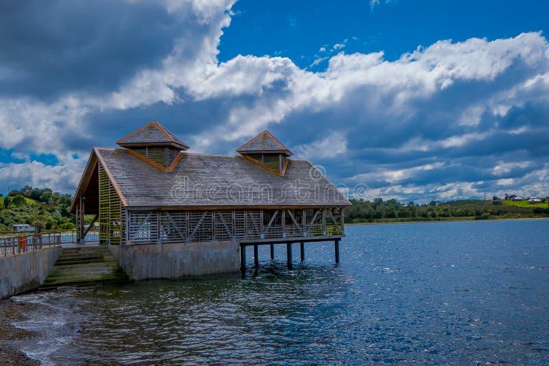 木房子美好的室外看法岸的Chacao在智利大陆 免版税图库摄影