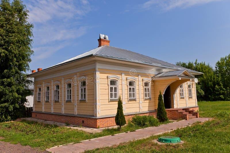 木房子(大约XIX c ) 在Dmitrov克里姆林宫,俄罗斯 免版税库存图片