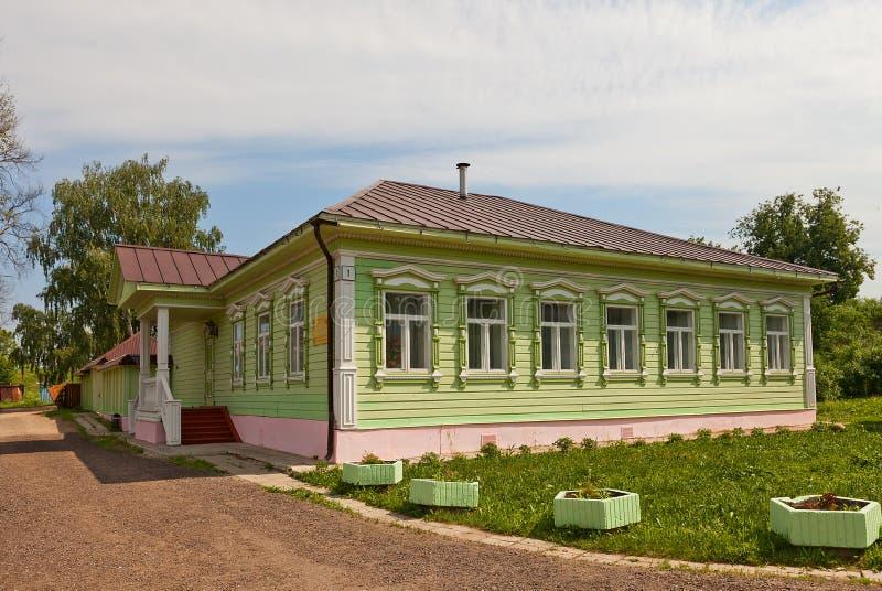 木房子(大约XIX c ) 在Dmitrov克里姆林宫,俄罗斯 库存图片