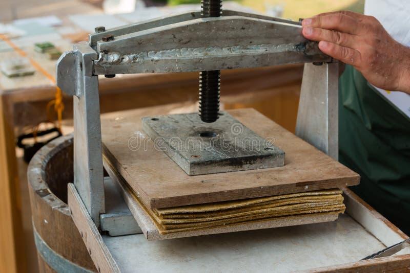 木手工印刷机,减速火箭的对象 免版税库存照片