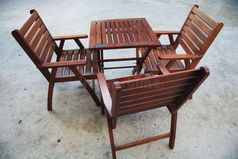 木折叠式小桌和椅子 图库摄影