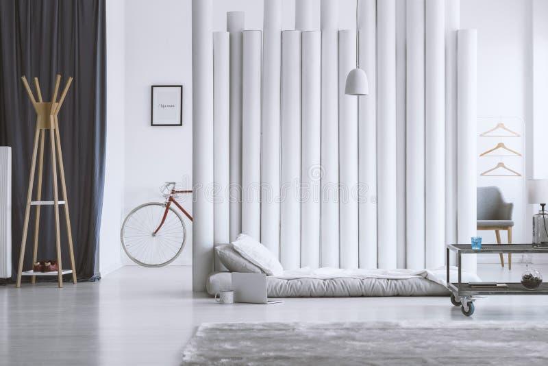 木挂衣架在设计师卧室 库存图片