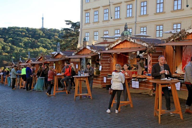 木摊位用在布拉格城堡的传统街道食物 免版税库存图片