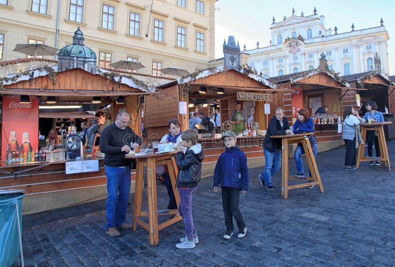 木摊位用在布拉格城堡的传统街道食物 库存照片