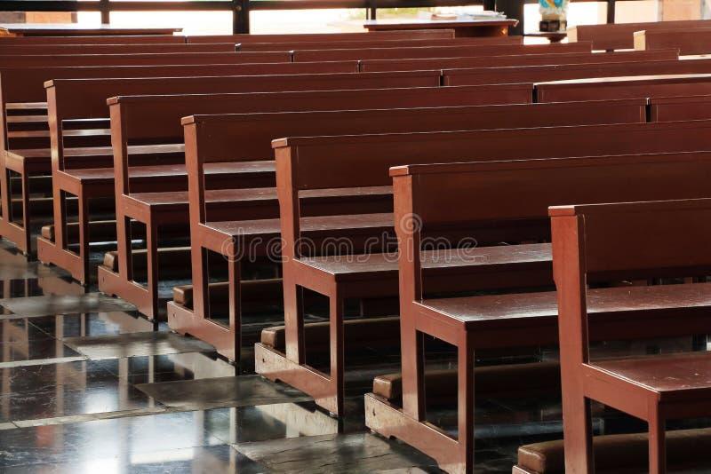 木教会座位在教会里 库存图片