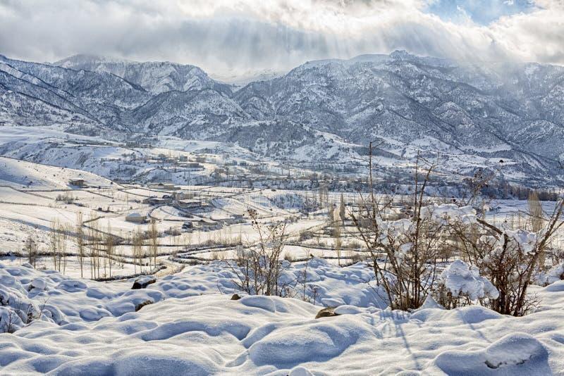 木教堂在北部一个多雪的森林的冬天 冬天在山村 库存照片