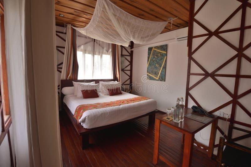木服务公寓舒适卧室 免版税库存图片