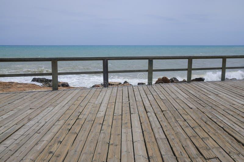 木木板走道和栏杆由天蓝色的蓝色地中海和c 库存图片
