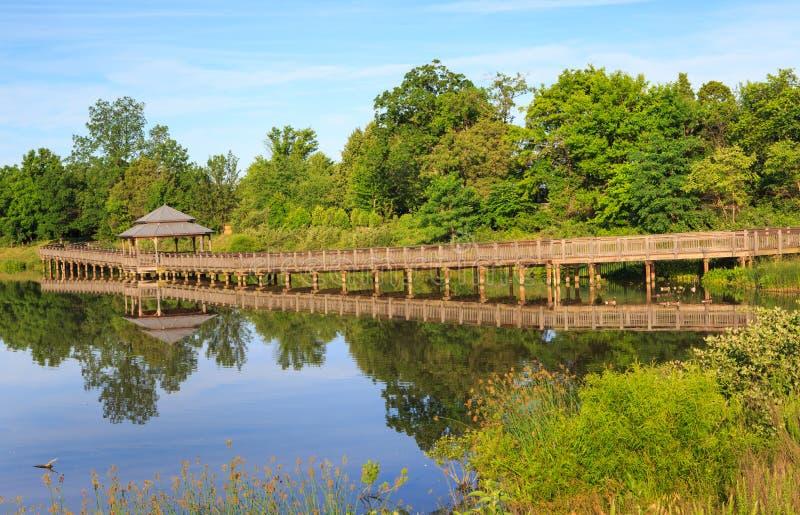 木木板走道眺望台水反射Arrowbrook Herndon VA 库存图片