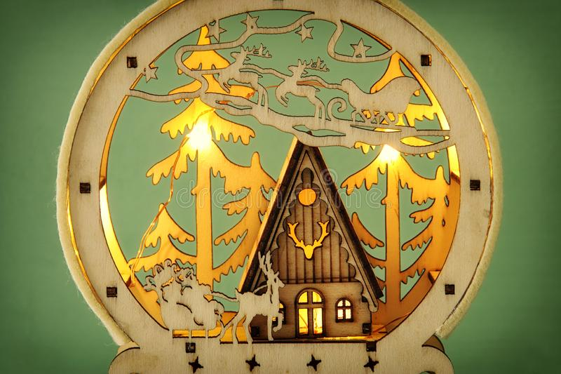 木杉木森林、小屋和圣诞老人不可思议的圣诞节场面的图象在雪橇与鹿 免版税库存图片