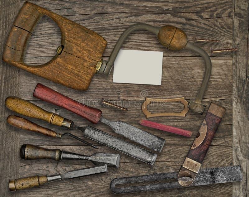 木材加工工具和名片在长凳 库存图片