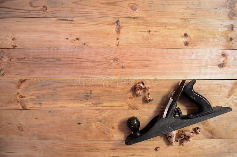 木材加工工具-递平面和刨花 免版税库存照片
