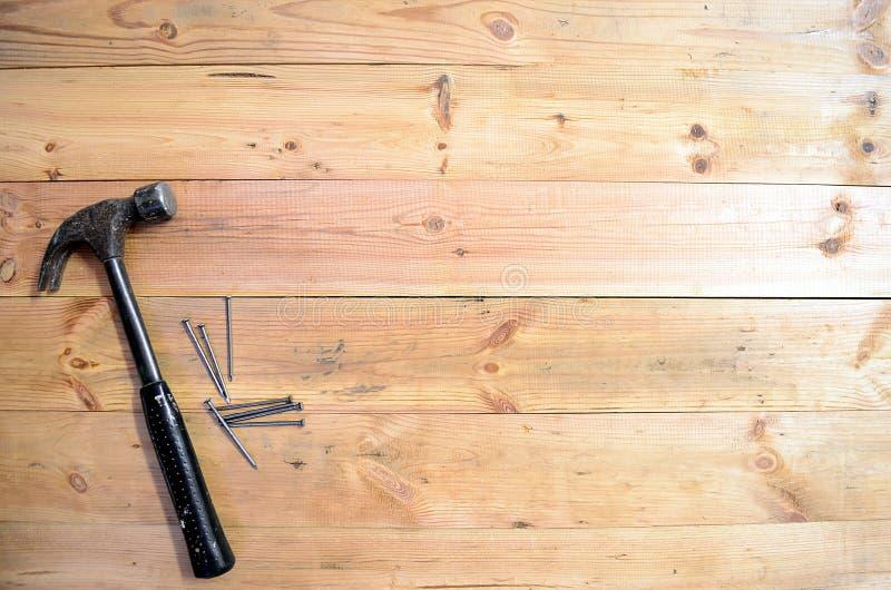 木材加工工具-锤子和钉子 免版税库存照片