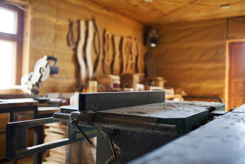 木材加工机器在一个私有车间 库存照片