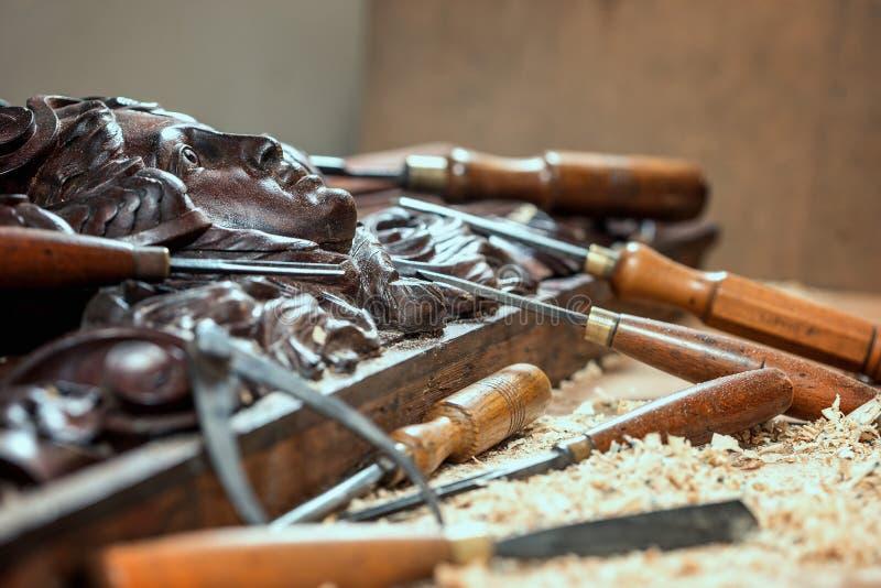 木材加工 细木工技术工作 木雕刻 雕刻的关闭凿子  库存照片