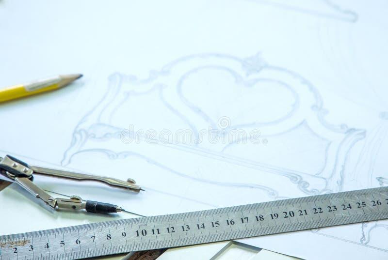 木材加工 细木工技术工作 用手葡萄酒铅笔、指南针、统治者和剪影,木雕刻 库存图片