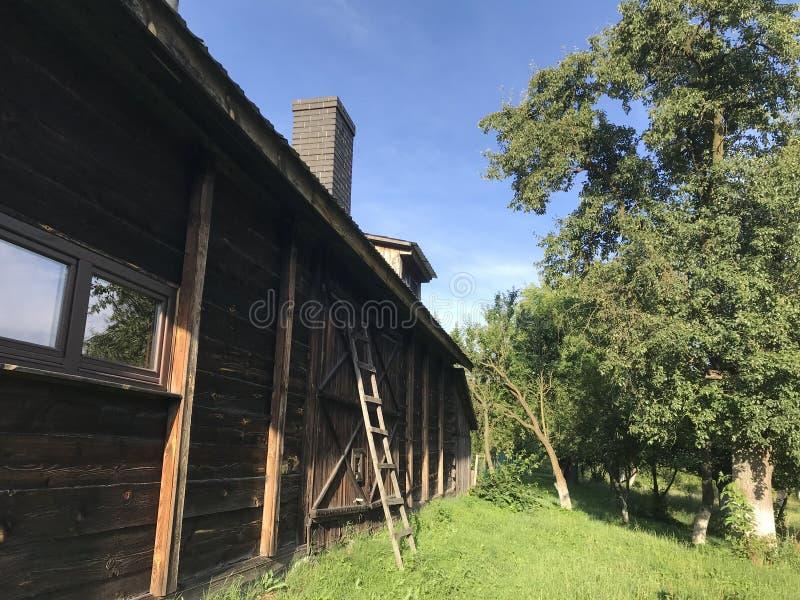 木材房子和谷仓在Roztocze,波兰 免版税库存照片