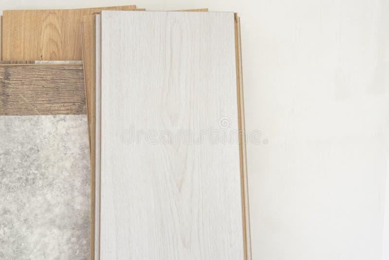 木材,在白色墙壁上扶植的层压制品的地板 免版税库存照片