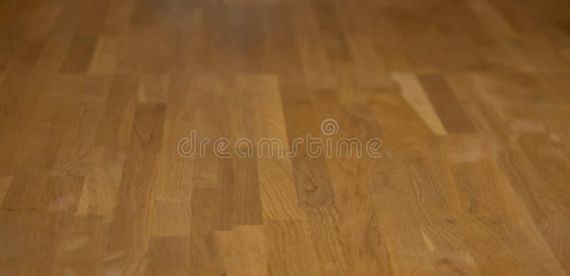 木条地板地板在一个长和现代设计被安排 垂直的木条地板地板 木层压制品的镶花地板纹理室 库存照片