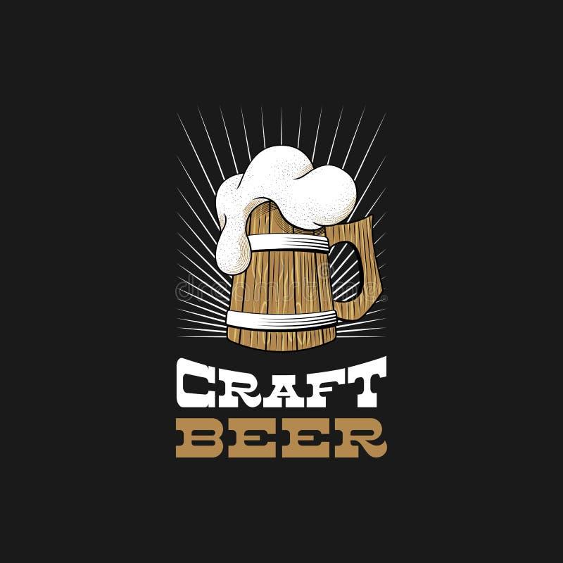 木杯子与泡沫的啤酒 工艺啤酒厂商标 库存例证