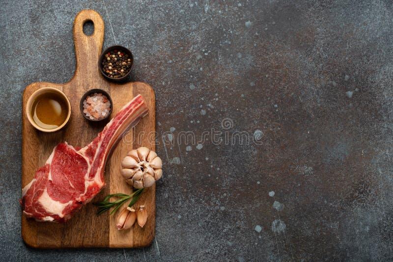 木板上的生大理石肉牛排 库存图片