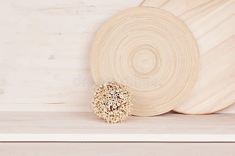 木板材和词根软的家庭装饰在白色木背景 库存图片