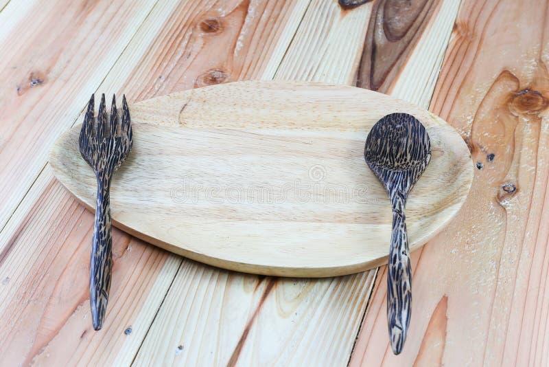 木板材,木叉子,在木背景的木匙子 免版税库存图片