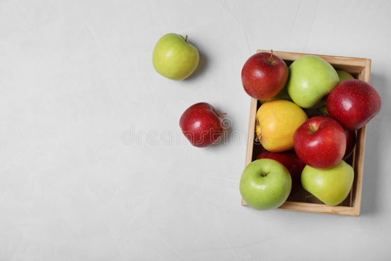 木板箱用在桌,顶视图上的新鲜的水多的苹果填装了 库存照片