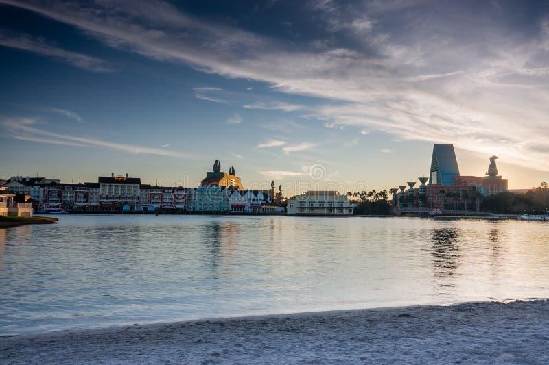 木板走道与天鹅和海豚旅馆的迪斯尼地区 免版税图库摄影