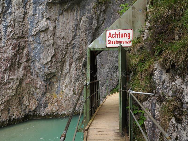 木板走道到在国界的峡谷风景里 库存图片