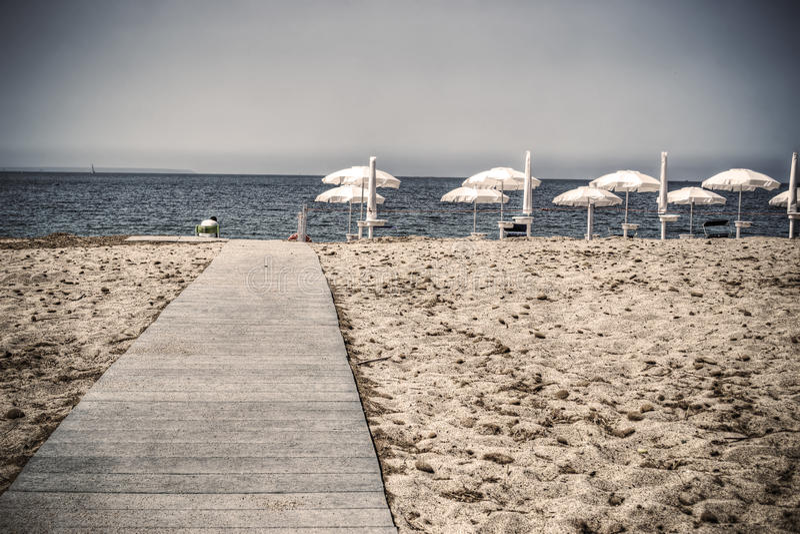 木板走道向葡萄酒口气的海 免版税库存照片