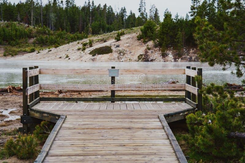 木板走道和观察平台在酸湖,一个地热特点在黄石国家公园 免版税图库摄影