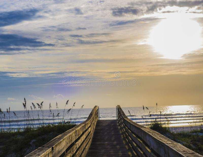 木板走道在上午海边 库存照片