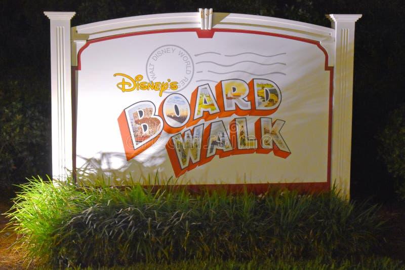木板走道在布埃纳文图拉湖地区的旅馆标志 库存图片