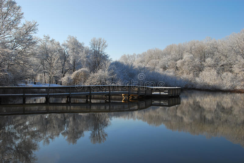 木板走道湖反映冬天 库存照片