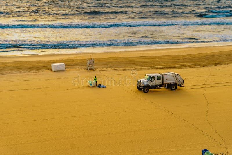 木板走道,弗吉尼亚海滩美国- 2017 9月12日,卫生工作者清洗海滩并且去掉在卡车的垃圾 免版税库存图片