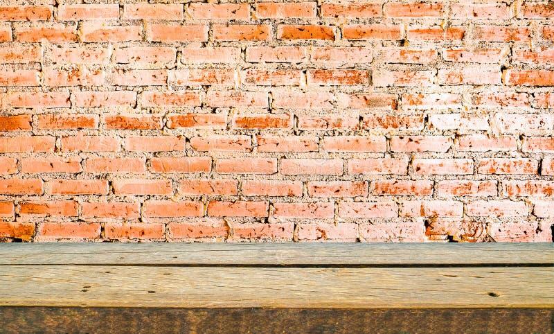 木架子和砖墙背景 免版税图库摄影