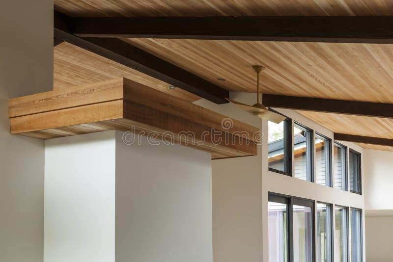 木柱天花板细节在一个现代房子里 库存图片