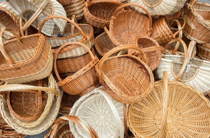 木柳条筐待售在手工造街市 库存照片