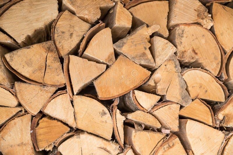 木柴的准备为冬天 木柴背景,堆在森林堆的木柴木柴 木装饰 免版税库存图片