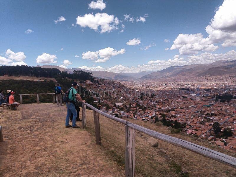 木栏杆和附近的城市 库存图片