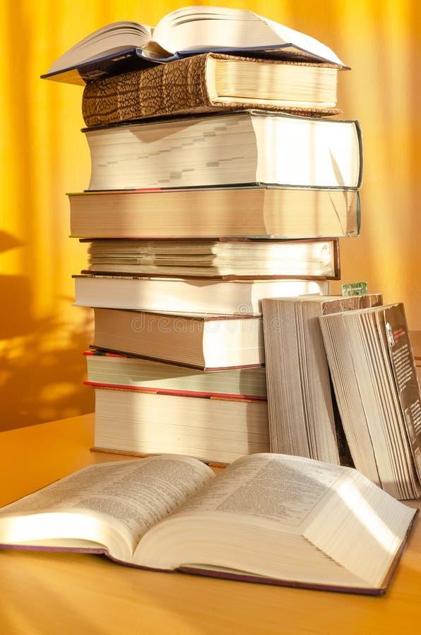木桌上的一堆书 库存图片