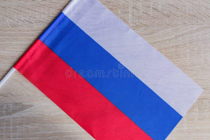 木桌上的俄罗斯联邦小旗 免版税图库摄影