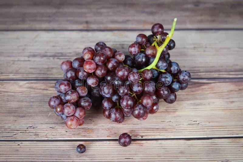 木桌上的红葡萄 — 一串葡萄汁果 免版税图库摄影