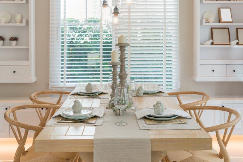 木桌和椅子在葡萄酒dinning的室在家 内部 免版税图库摄影