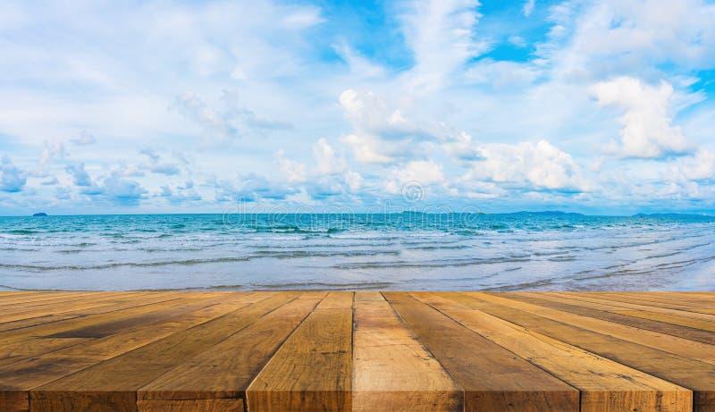 木桌和蓝色海和多云天空 图库摄影
