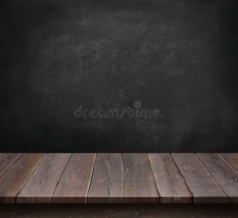 木桌有黑板背景 免版税库存图片