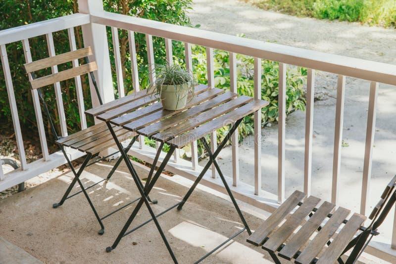 木桌木椅子在自然餐馆 库存照片