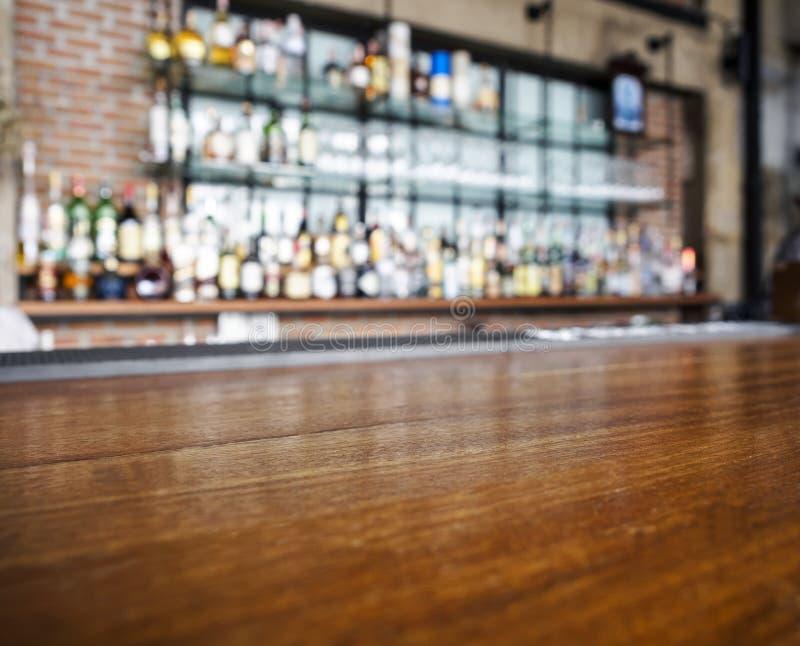 木桌柜台上面有被弄脏的酒吧背景 免版税库存图片