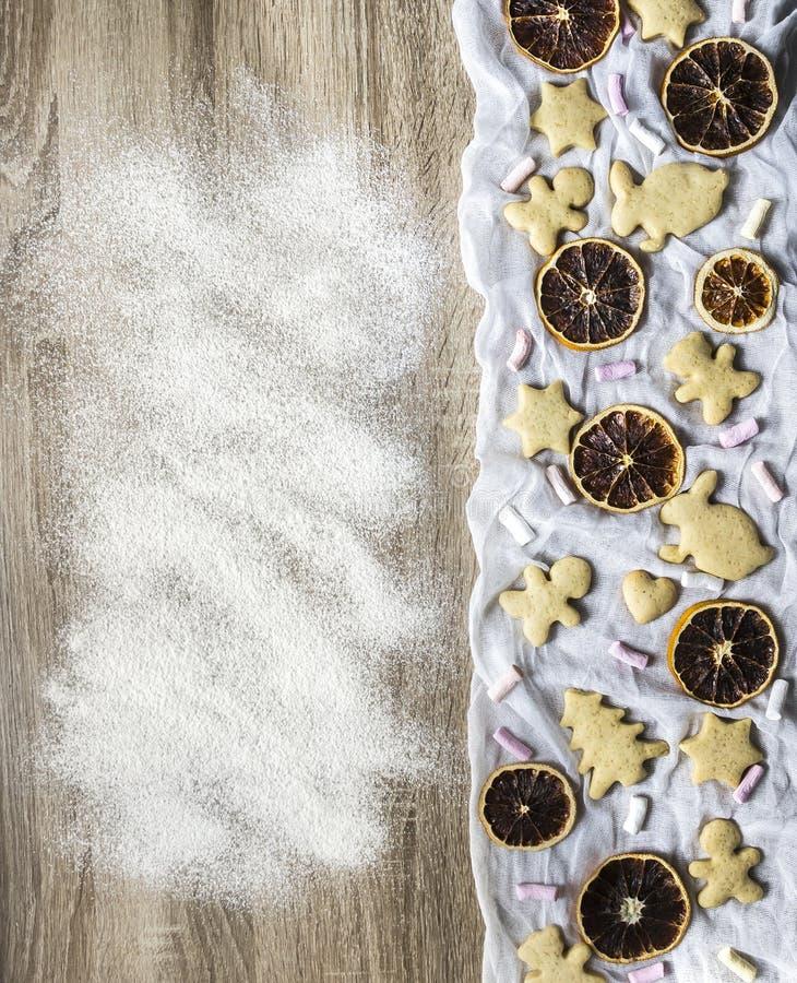 木桌洒与面粉姜香料蛋糕 免版税库存图片